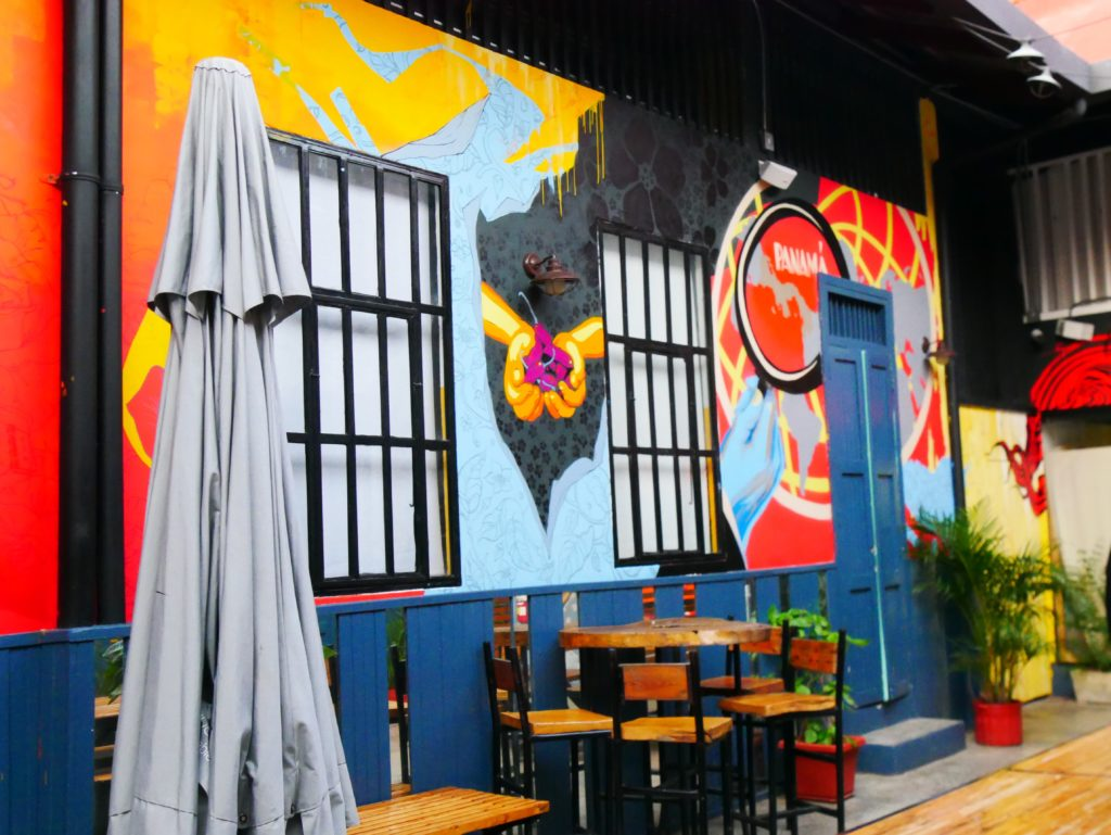 Bar Santa Ana Panama City mit bunten Graffitis