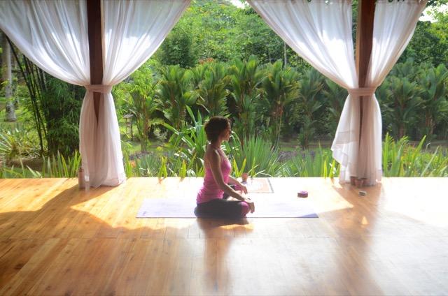 Frau macht Yoga_Macaw_Lodge_Costa Rica_Reise