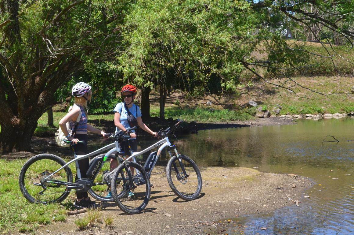 Frauen mit Fahrrädern Costa Rica EBike Reise