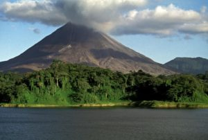 Vulkan Arenal mit Rauchwolke Costa Rica