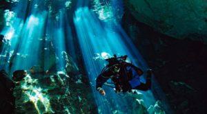 Taucher in Unterwasserhöhle Cenote Mexiko